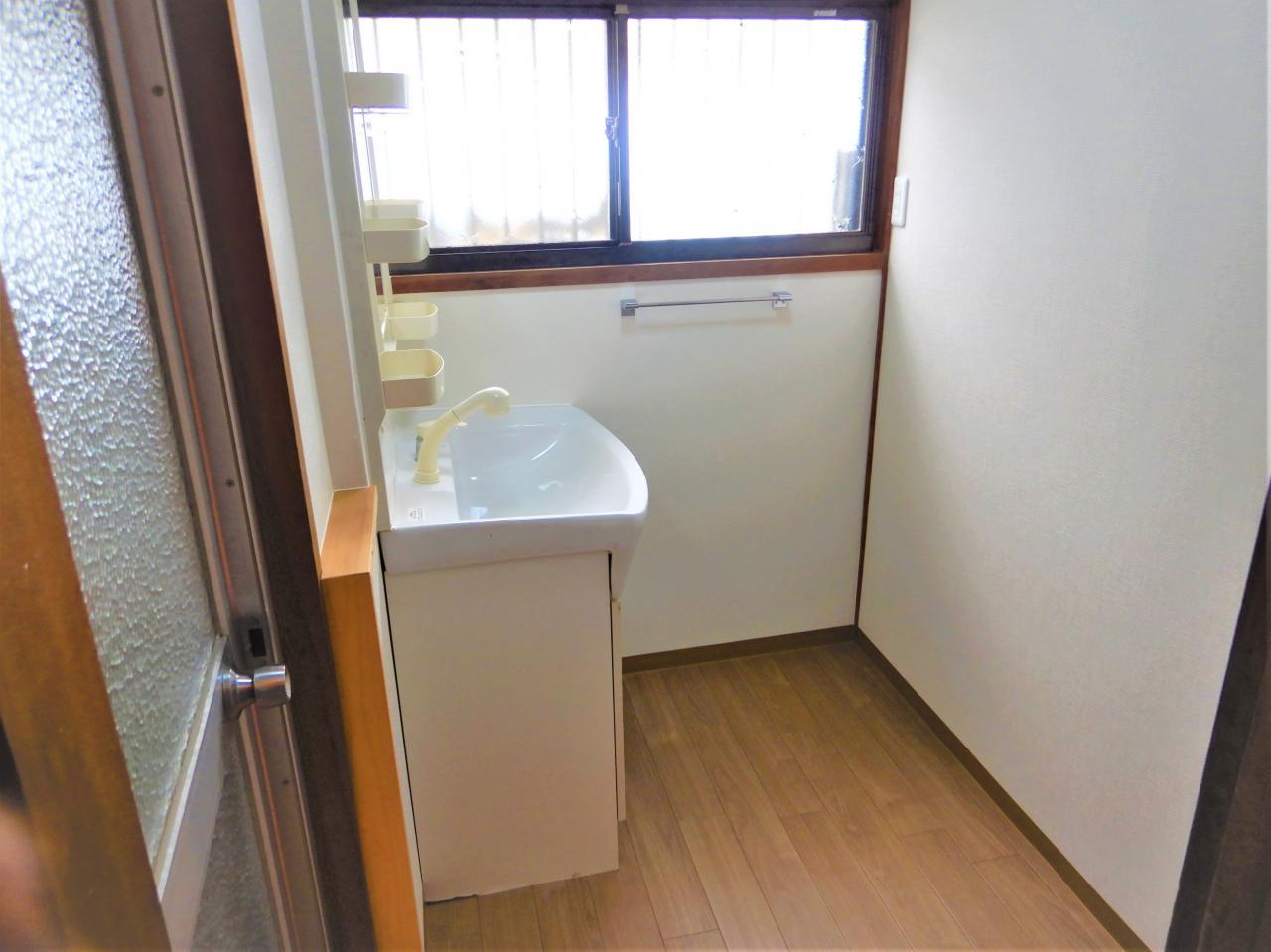 洗面脱衣所の床補強と壁クロスで快適に