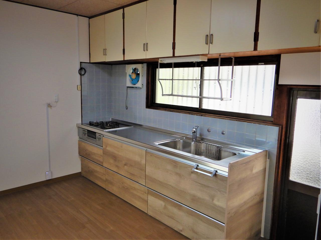 キッチンの入れ替えと床補強・壁床張り替えで明るい空間に